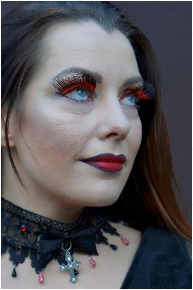 Raudonos blakstienos su juodais galiukais