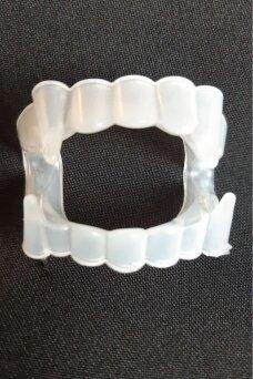 Vampyro dantys, šviečiantys tamsoje